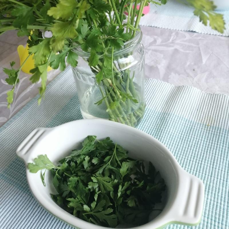 Natrháme listy čerstvej petržlenovej vňate, tenké stonky môžu ostať.
