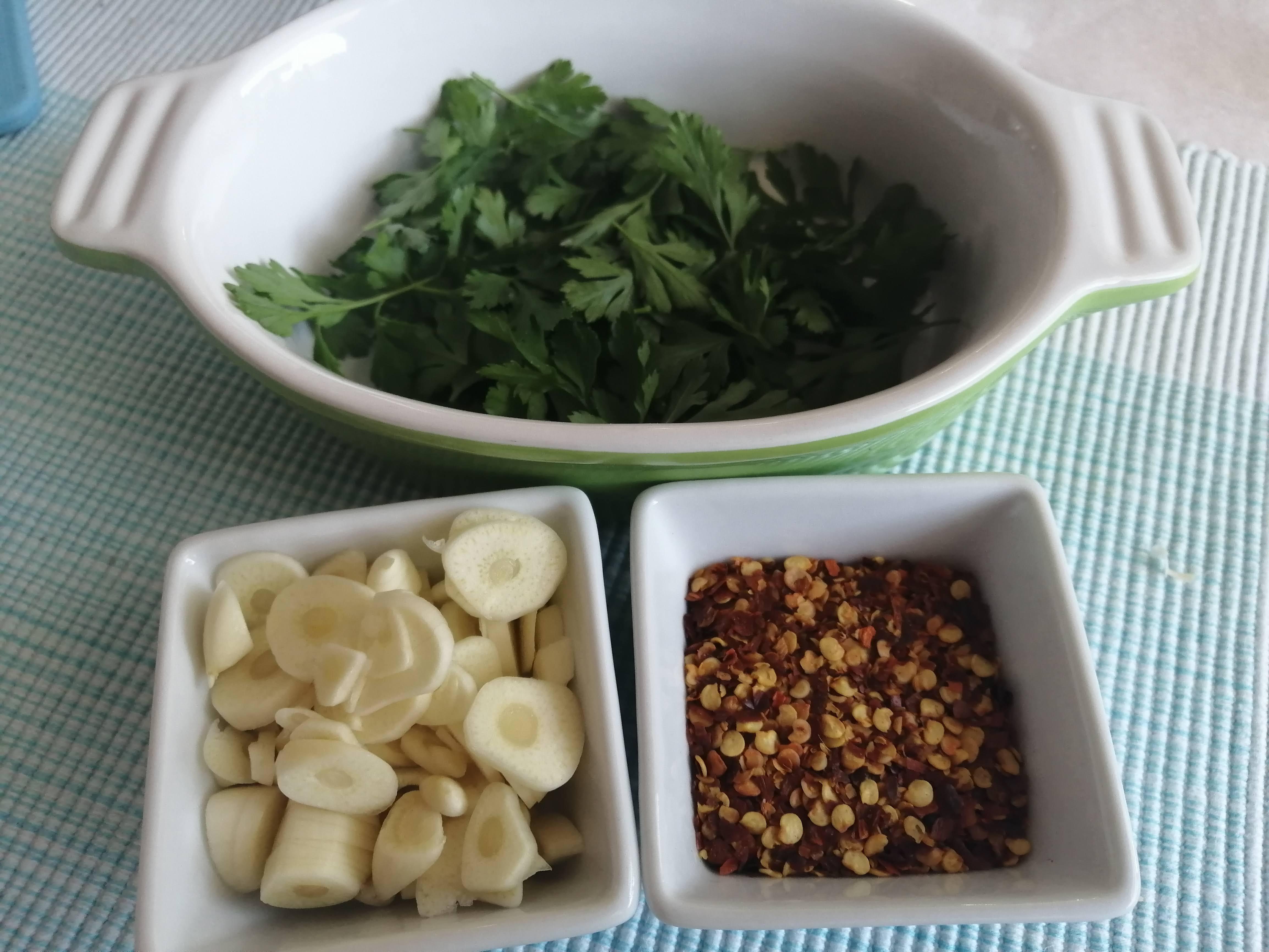 Strúčiky cesnaku (podľa chuti, cca. 6ks) očistíme a nakrájame na jemné plátky.