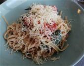 Cestoviny s paradajkovou omáčkou, feta syrom a bazalkou