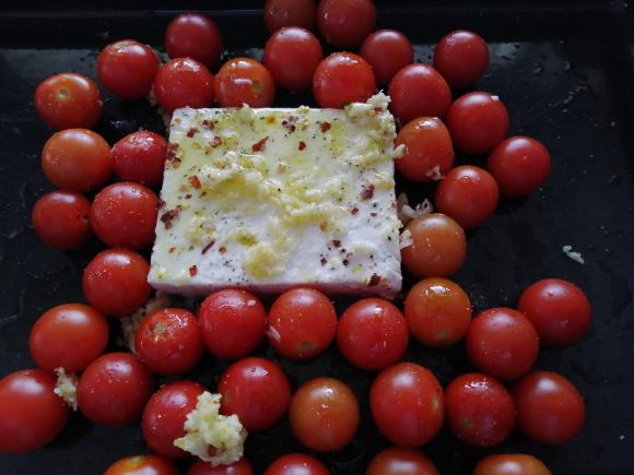 Feta syr, baby paradajky, olivový olej, morská soľ, čierne korenie a chilli
