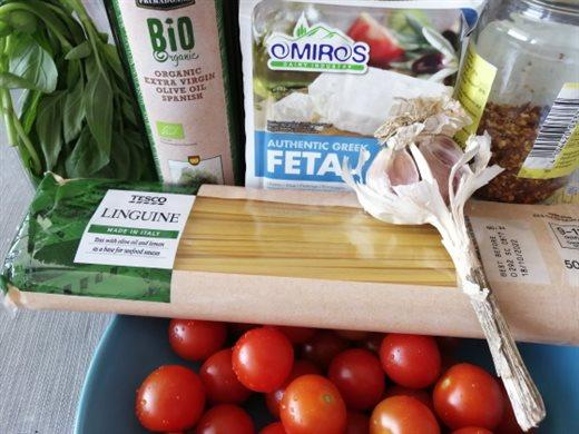 Cestoviny s paradajkovou omáčkou, feta syrom a čerstvou bazalkou