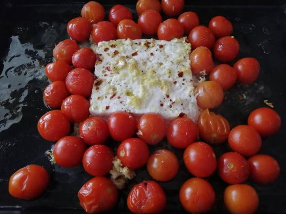 Upečené paradajky s feta syrom vyberieme z rúry.