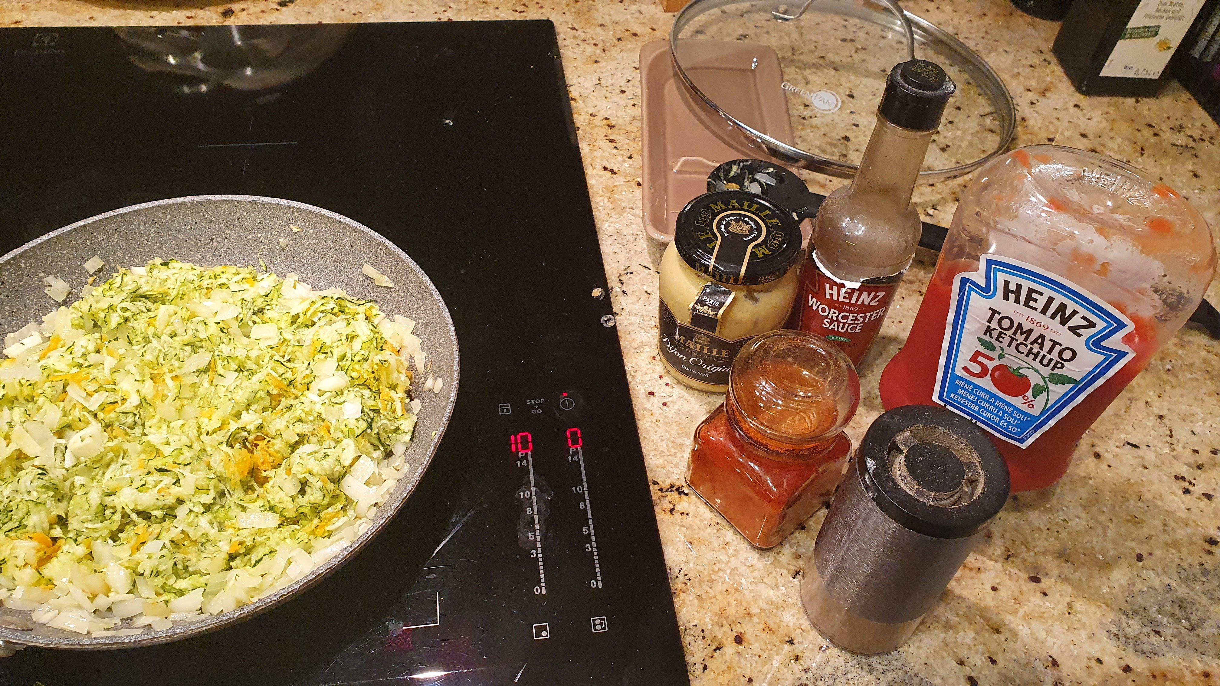 Teraz prichádza fáza dochucovania, čiže trochu korenia, mletej papriky, lyžičku horčice, kečupu a 2 lyžice worcestrovej omáčky. Na koniec 3-4 lyžice citrónovej šťavy.