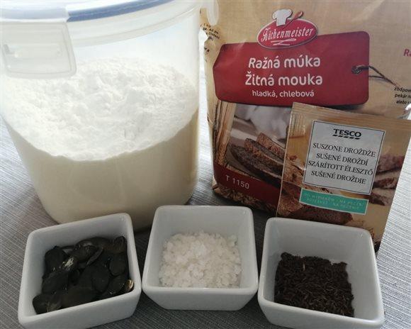 Domáci chlieb - hladká a ražná múka, sušené droždie, voda, soľ, rasca; pečieme v jenskej mise