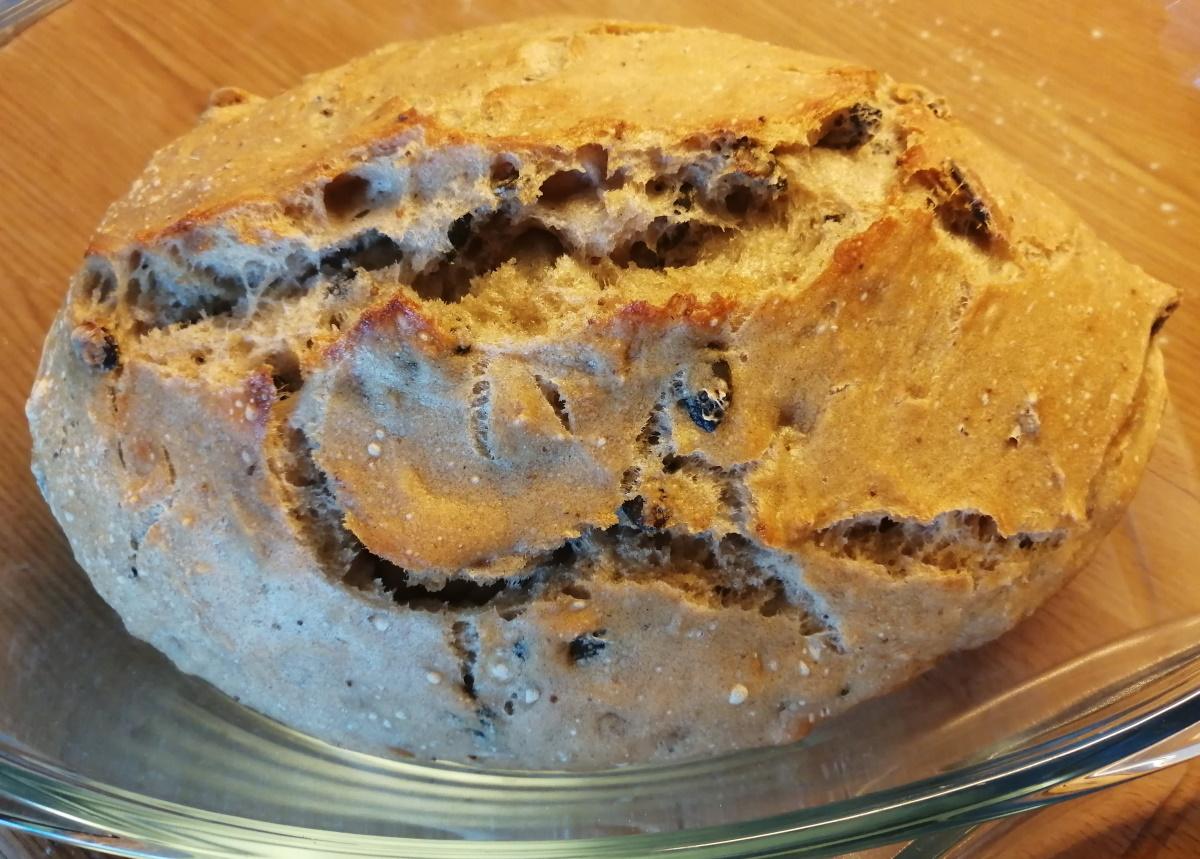 Po 30 minútach pečenia vyberieme jenskú misu s chlebom, otvoríme a chlieb potrieme studenou vodou