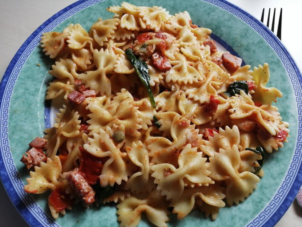 Recept na cestoviny Farfalle so schwarzwaldskou šunkou, baby paradajkami a baby špenátom