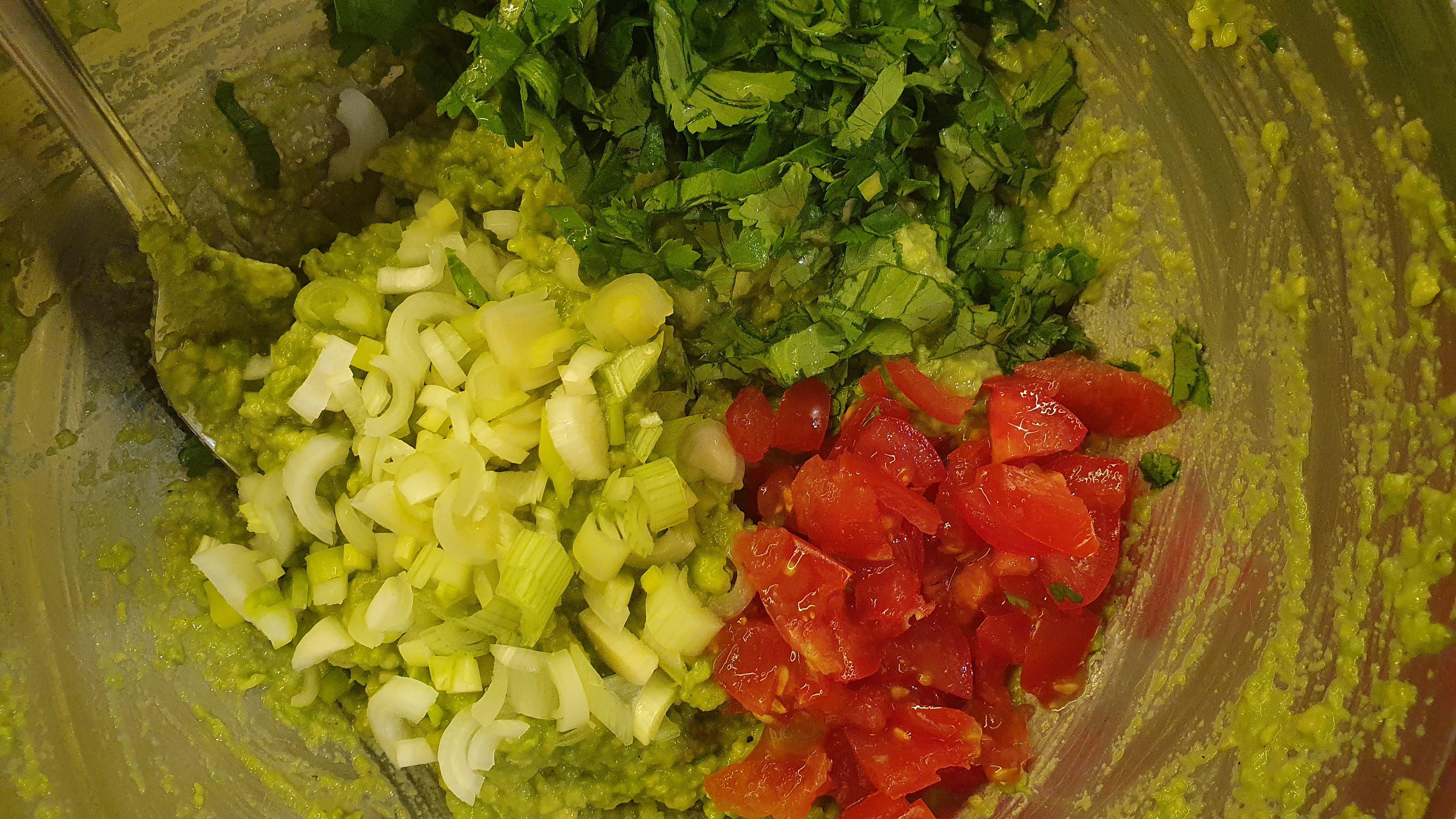 Až teraz prichádzajú na rad nadrobno nakrájané ingrediencie – 2 cherry paradajky, jedna mladá cibuľka a hrsť koriandru.