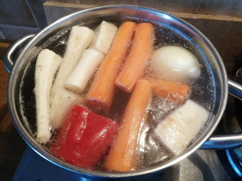 Do vývaru pridáme očistenú mrkvu a petržlen.