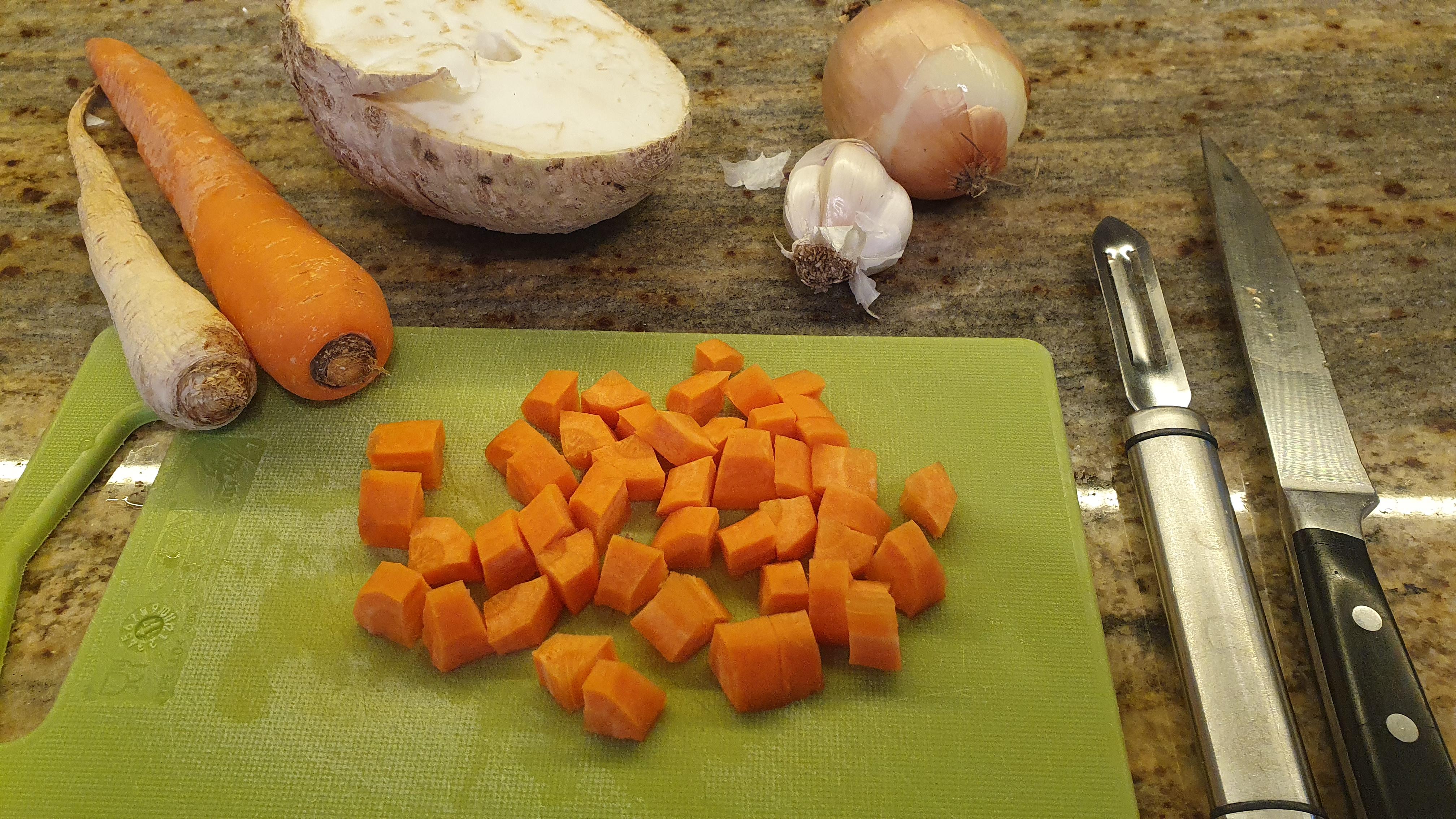 Keď je strukovina takmer mäkká, pridáme do hrnca na kocky nakrájanú mrkvu.