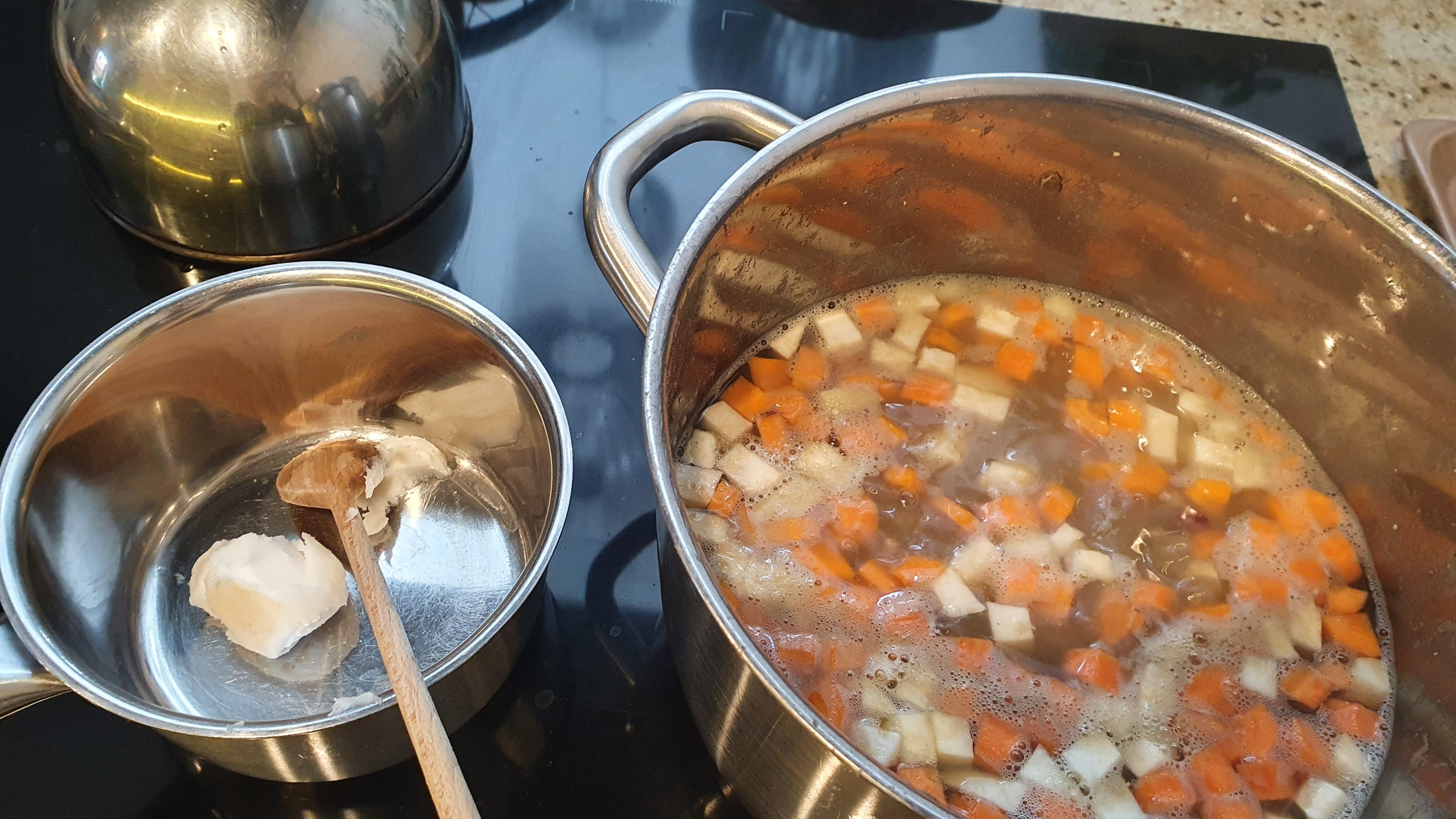 Osolíme, okoreníme a polievku povaríme ešte 20 minút.