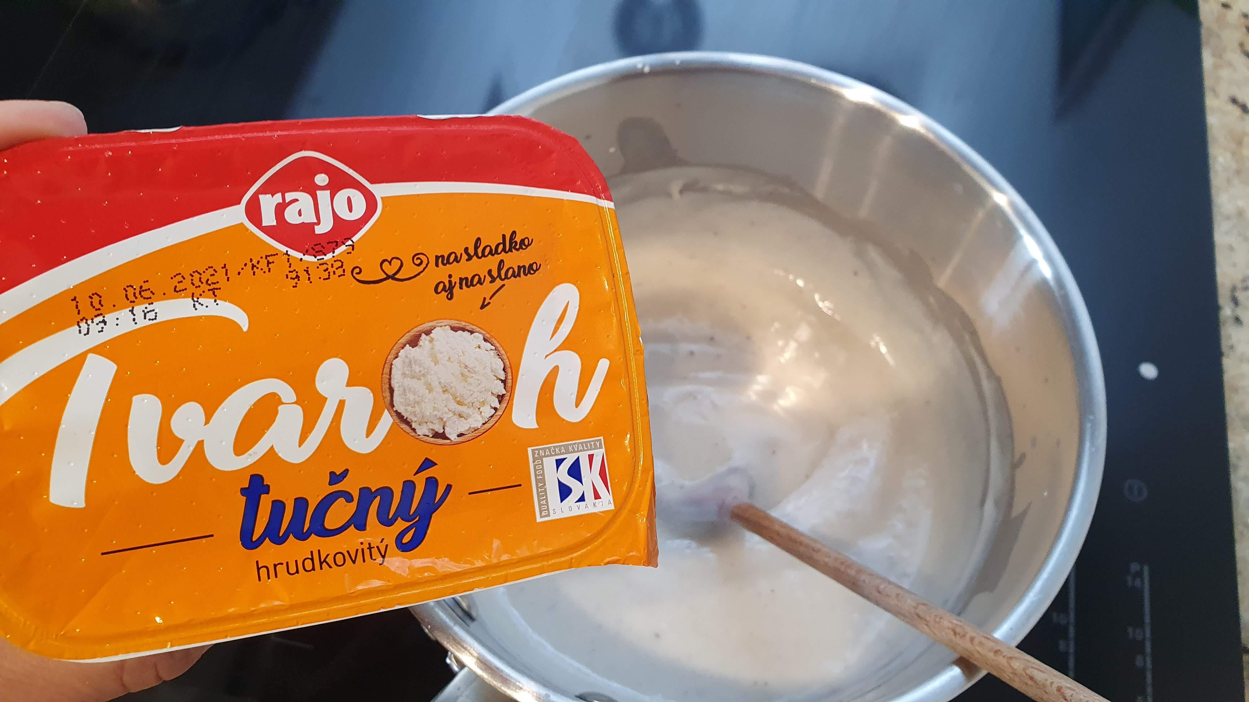 Vanilkový puding si uvaríme podľa návodu a na záver do neho primiešame jednu vaničku tvarohu a necháme mierne vychladnúť, občas premiešame.