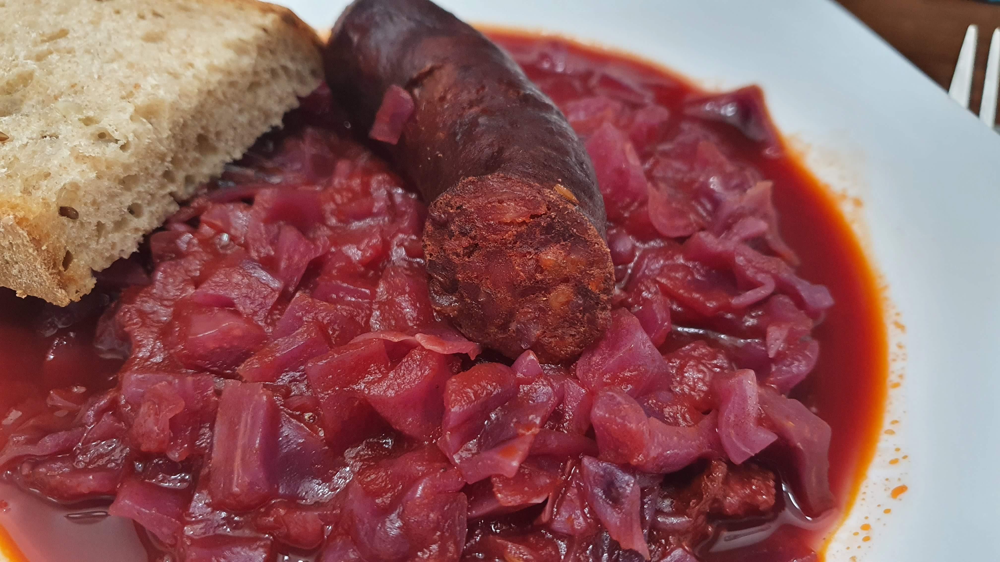Recept na červenú kapustu v paradajkovej omáčke s klobásou