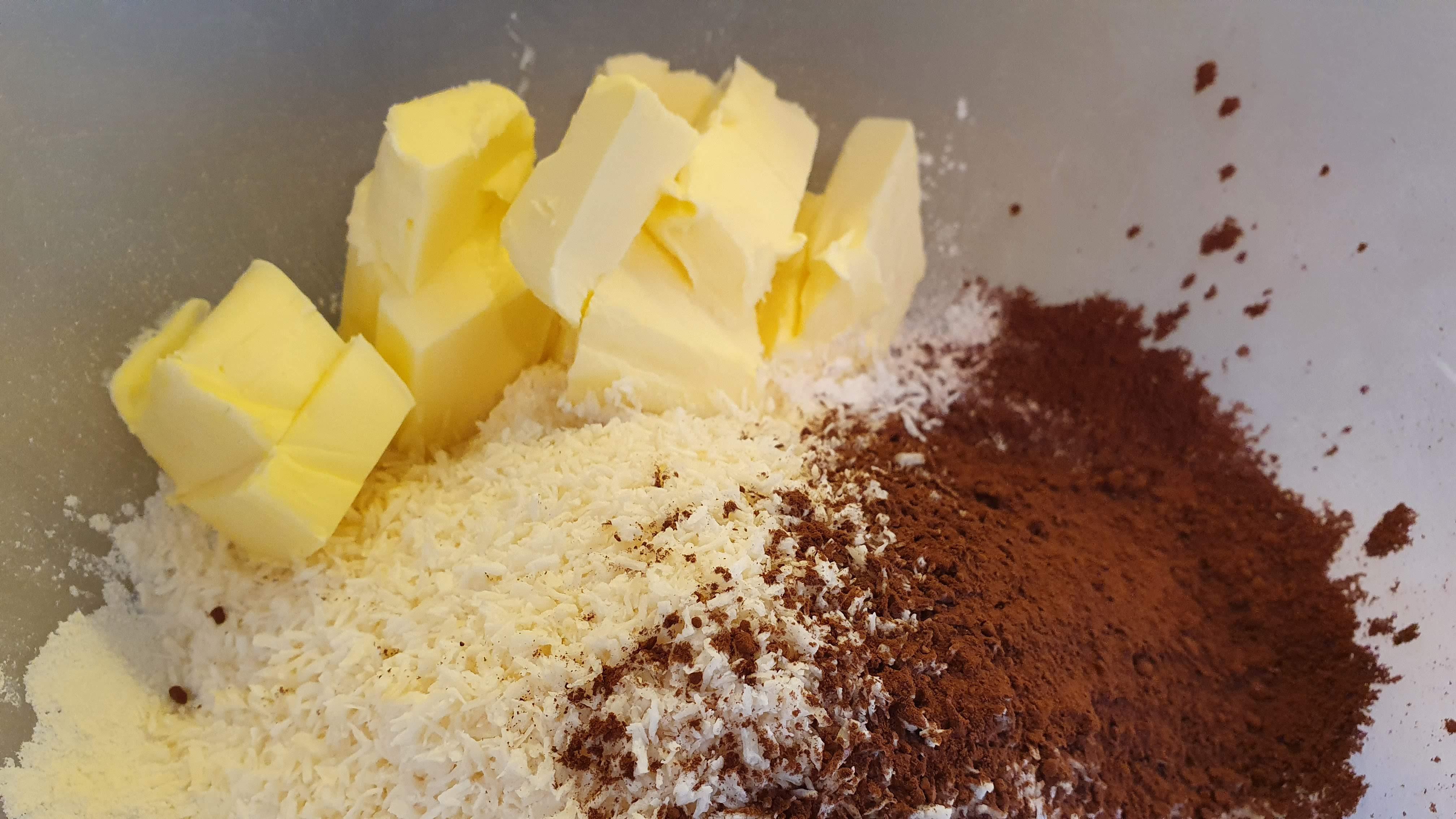 Maslo si vyberieme aspoň hodinu pred prípravou z chladničky, aby bolo mäkké. Z ingrediencií vymiešame hutnejšie cesto.
