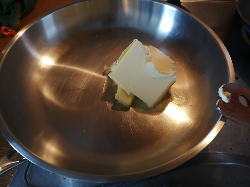 Maslo roztopíme na panvici.