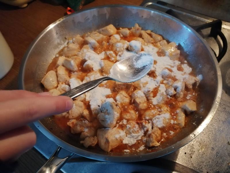 Kuracie prsia posypeme mletou červenou paprikou a korením na pečené kura, aby bolo mäso nimi pokryté. Pridáme celú rascu – medzi prsty a osolíme morskou soľou.