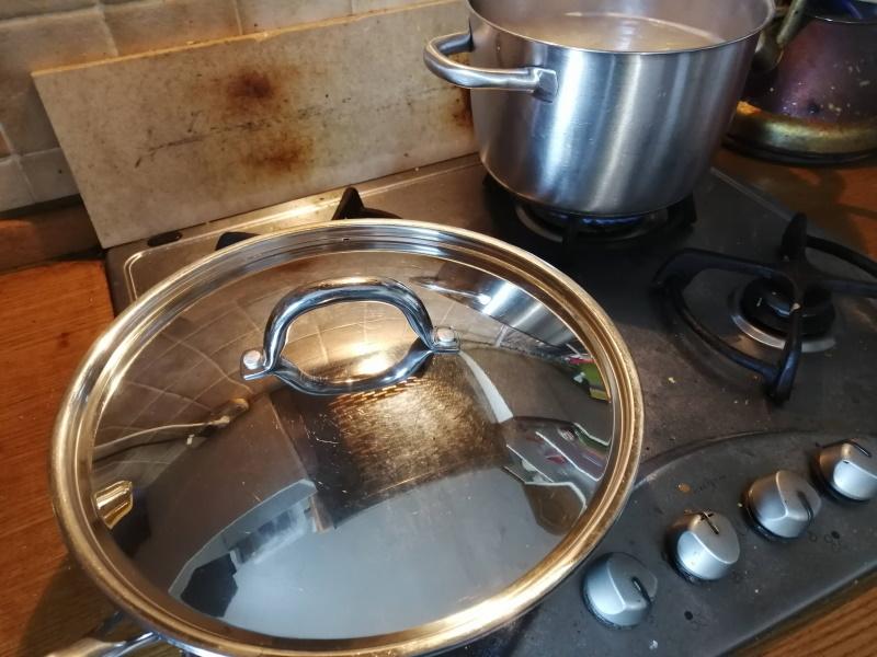 Mäso podlejeme 2dcl vody, premiešame, prikryjeme, stiahneme plameň a podusíme.
