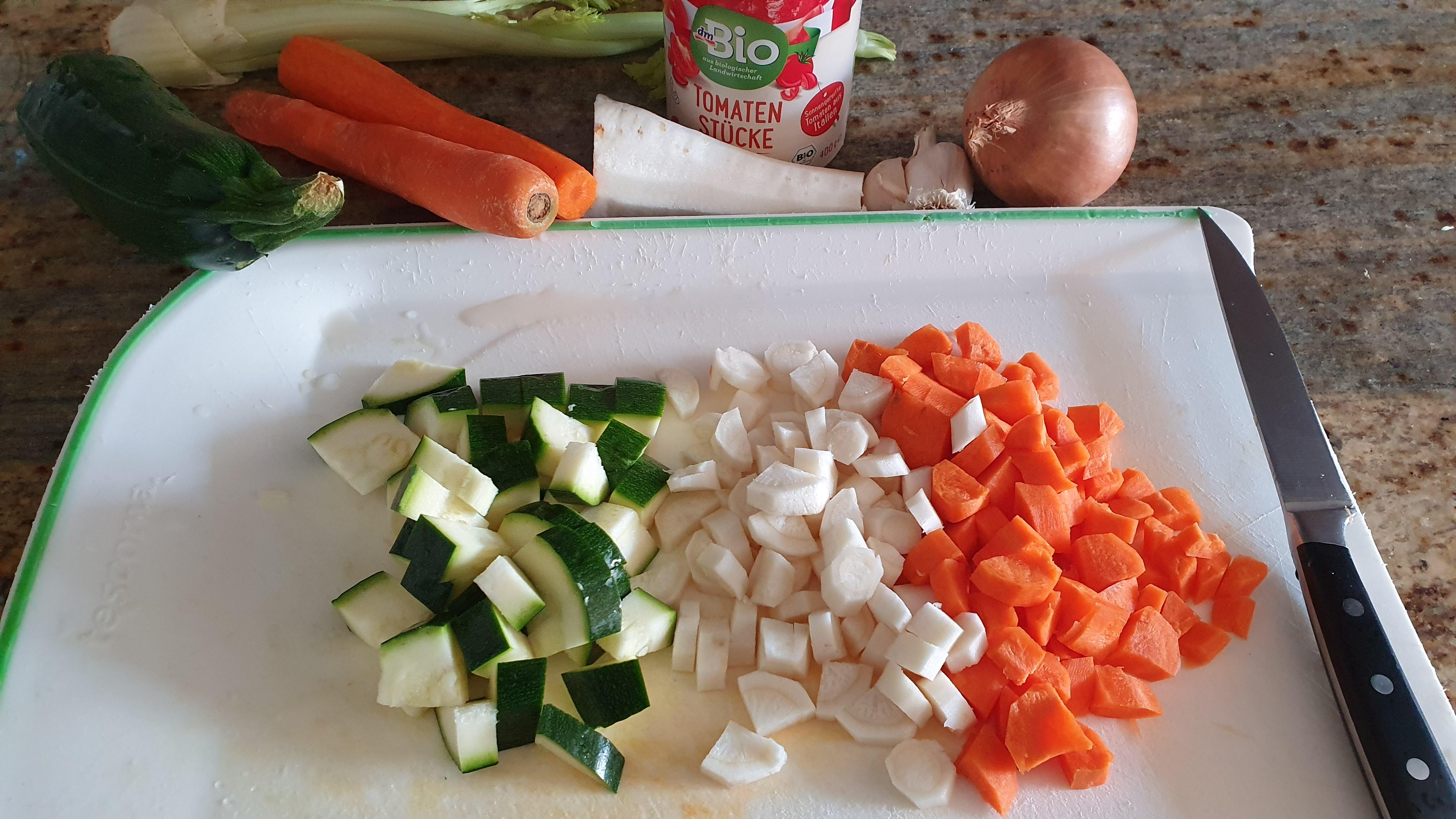 Zeleninu si nakrájame na kocky. Mrkva a petržlen by nemali chýbať, do polievky sa však hodí aj stopkový zeler, cuketa, karfiol, brokolica, pór alebo hrášok.