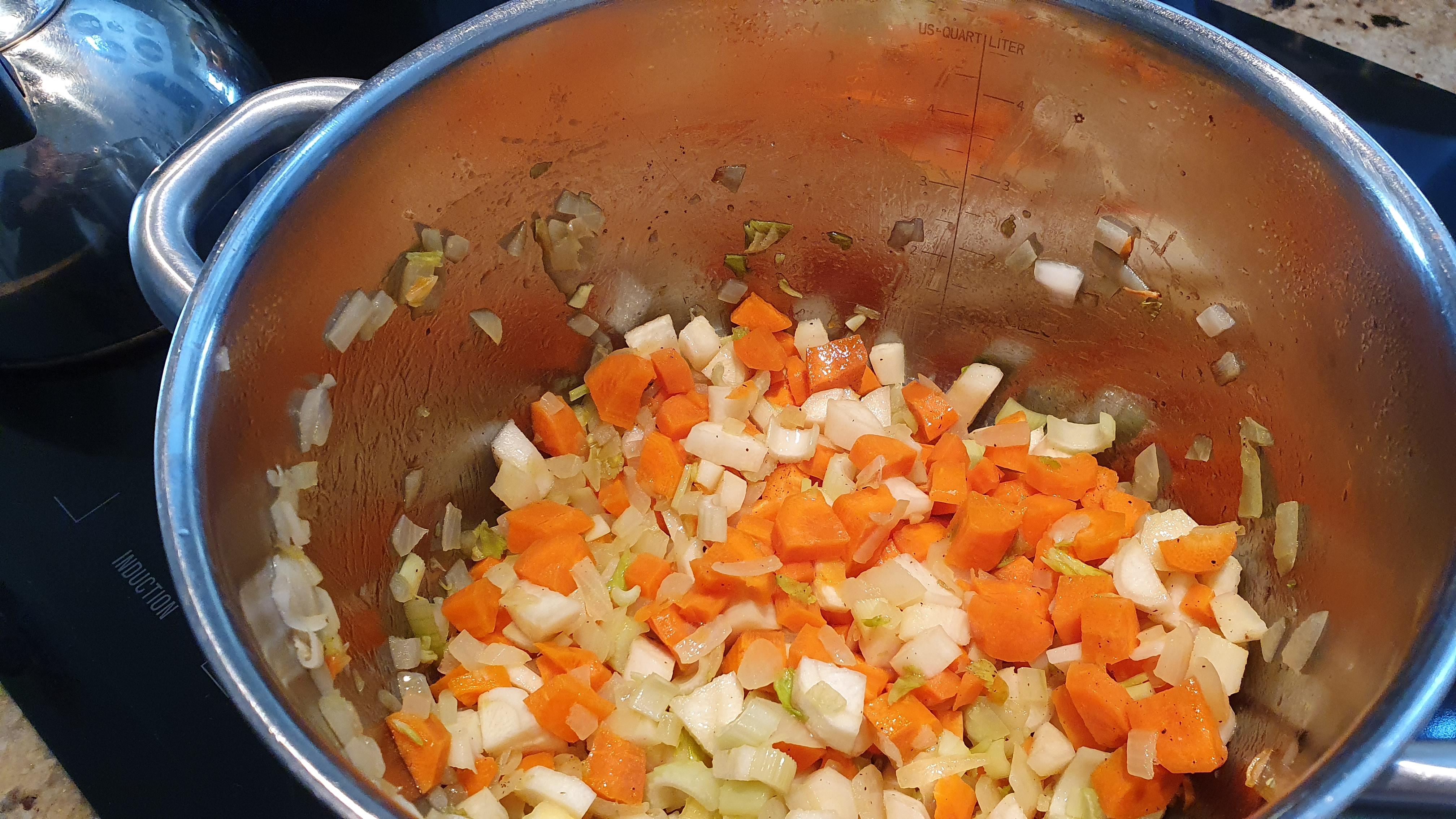 Na olivovom oleji si speníme cibuľu, pridáme na kocky nakrájanú zeleninu (mrkva, petržlen, zeler) a spolu osmažíme 2-3 minútky a zalejeme dvoma litrami horúcej vody. Prihodíme tri celé strúčiky cesnaku. Osolíme, okoreníme a necháme variť asi hodinu.