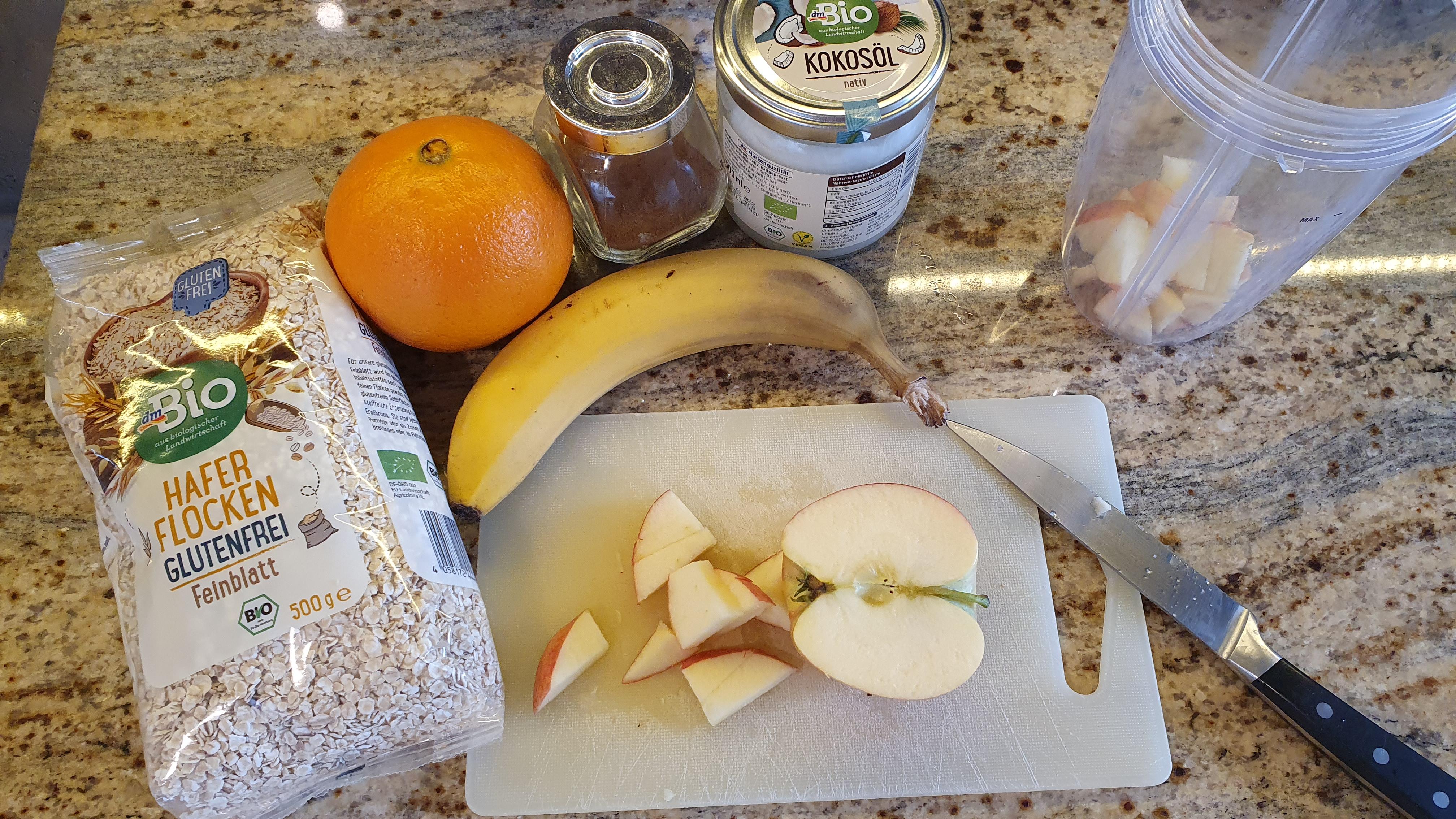 Ovocie si nakrájame na kúsky. Výber jednotlivých druhov sa dá zameniť, ale pozor, mal by tam byť určite banán kvôli sladkej chuti a jedno veľmi šťavnaté ovocie. Ak práve doma nemáme pomaranč/mandarínku/zrelú hrušku, môžeme namiesto toho pridať 1dl pomarančového alebo ananásového džúsu.