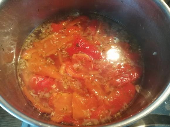 Pridáme liter vody a ošúpanú upečenú papriku. Privedieme do varu a zakryté varíme 30 minút