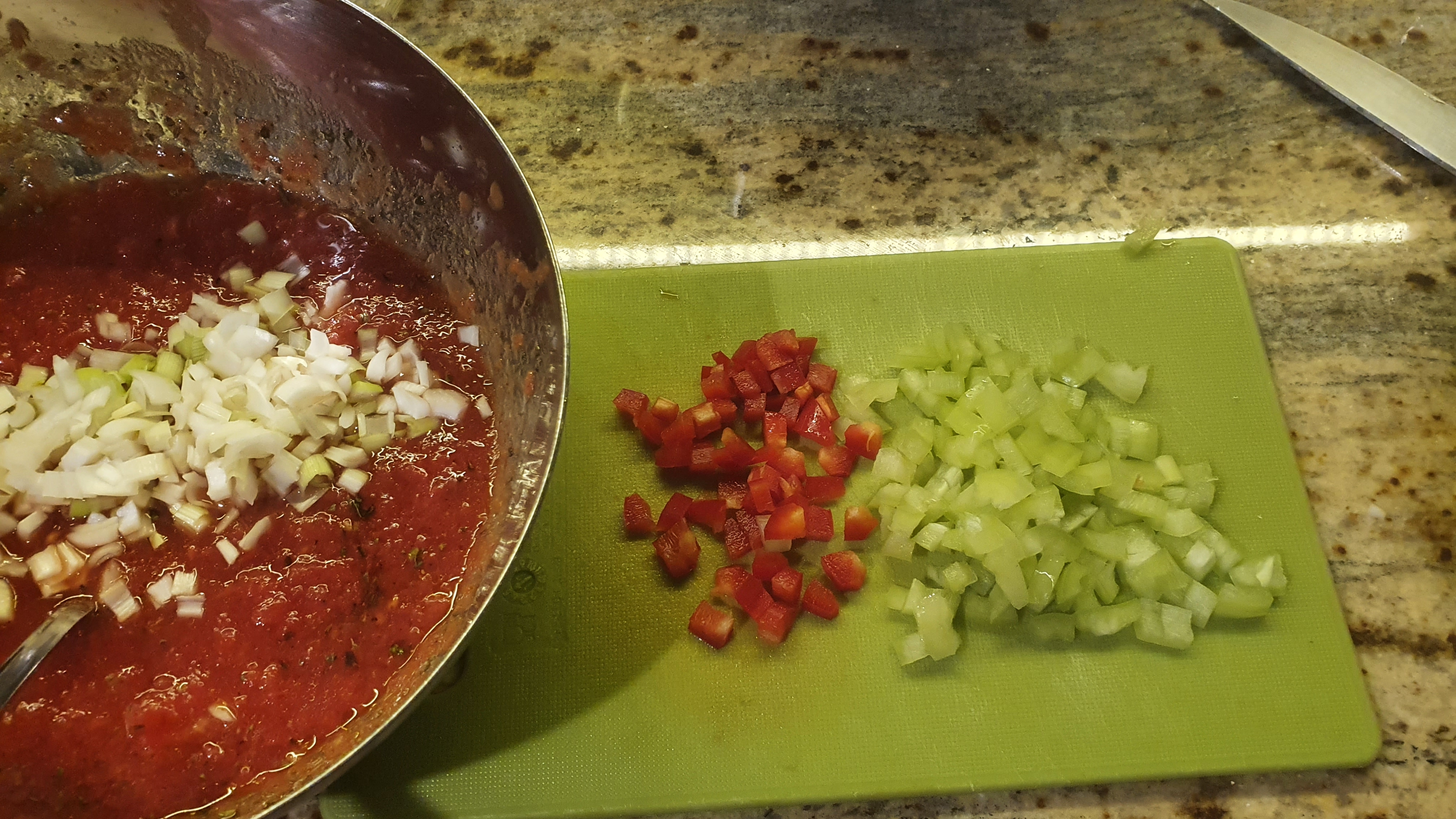 Cibuľky, papriky a hrsť čerstvého koriandru nasekáme na malé kúsky a vmiešame do zmesi. Na záver ochutíme šťavou z polovice limetky a rovnakým množstvom olivového oleja. Čo sa týka chilli, môžete pridať čerstvú nasekanú papričku, mletú verziu alebo chilli olej. Množstvo závisí od vašich chuťových buniek.