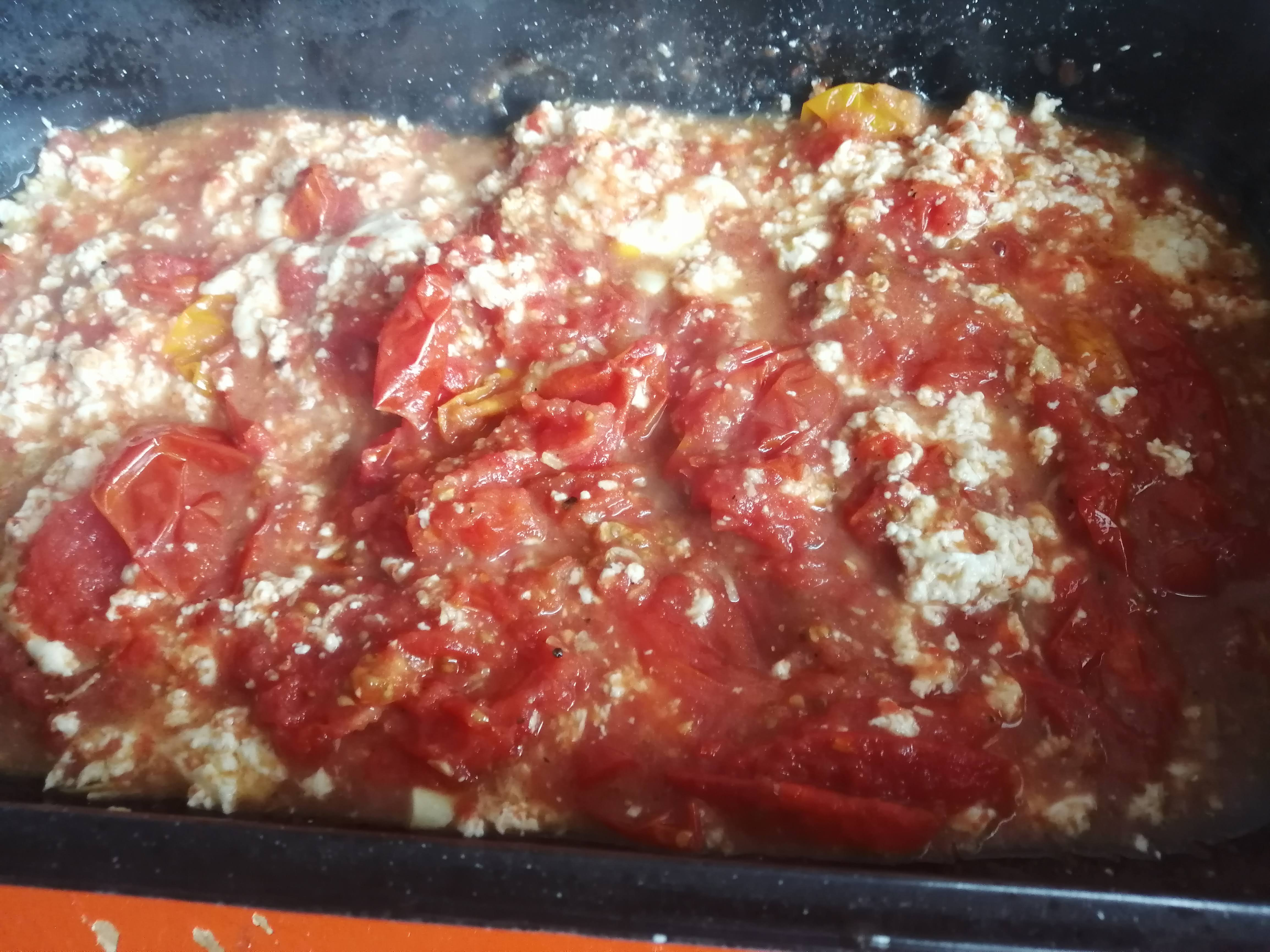 Vidličkou roztlačíme paradajky a premiešame ich so syrom.
