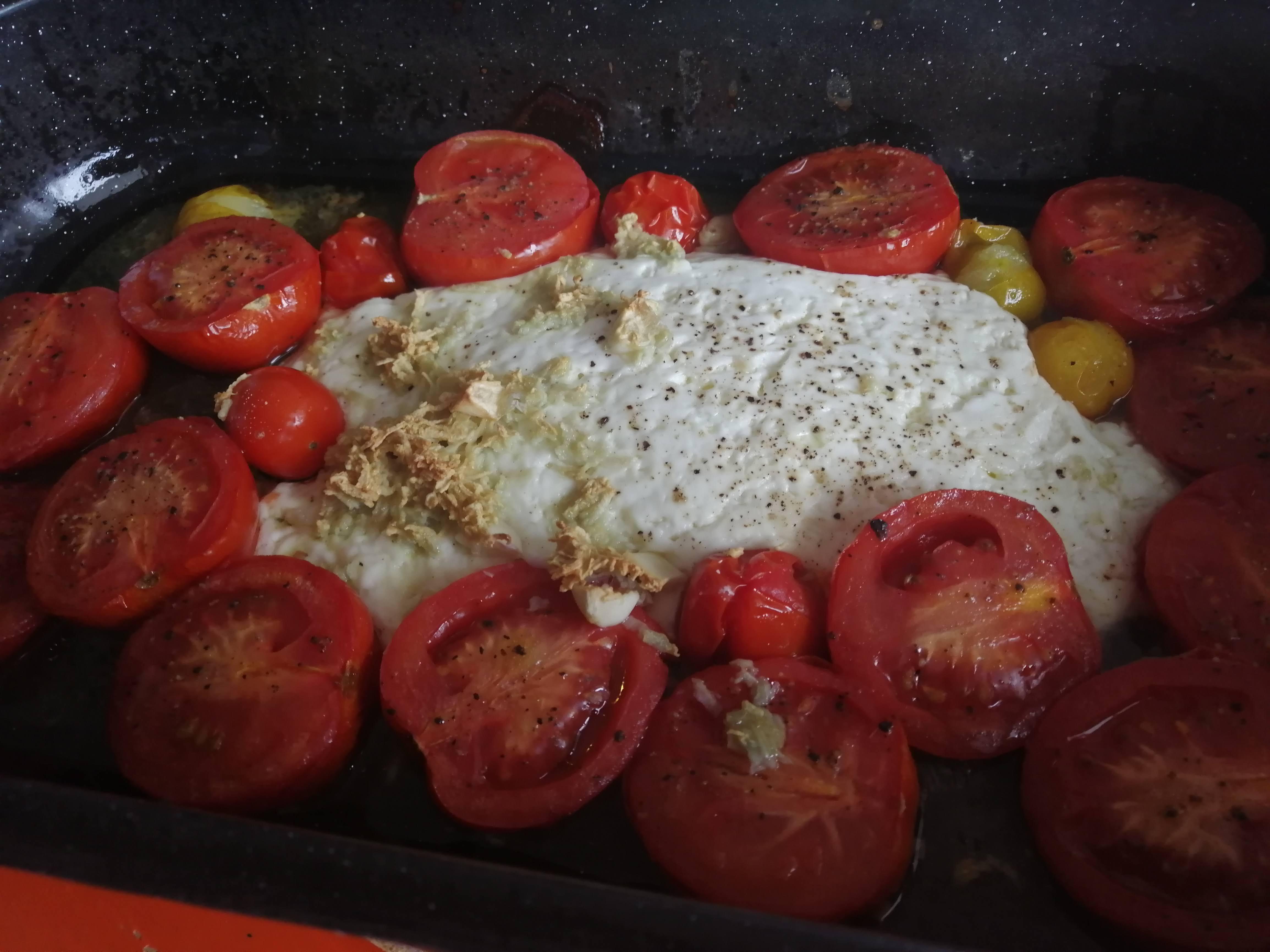 Upečené paradajky so syrom vyberieme z rúry.