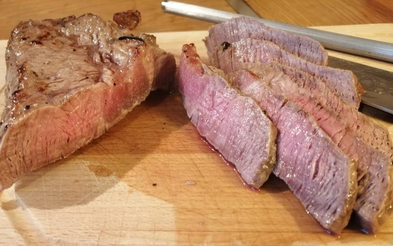 Steaky nakrájame na tenké prúžky.