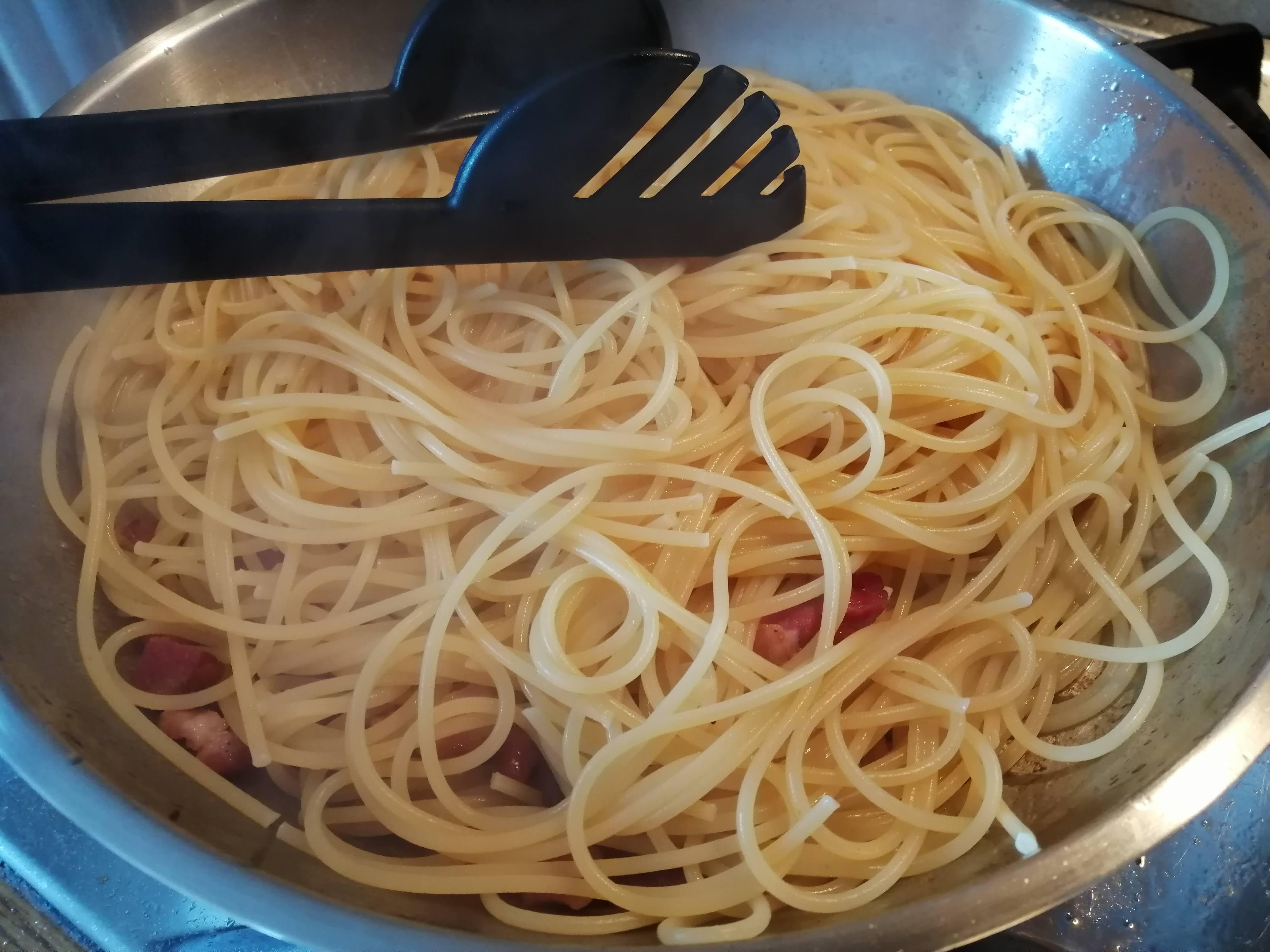 Uvarené špagety preložíme do panvice so slaninou