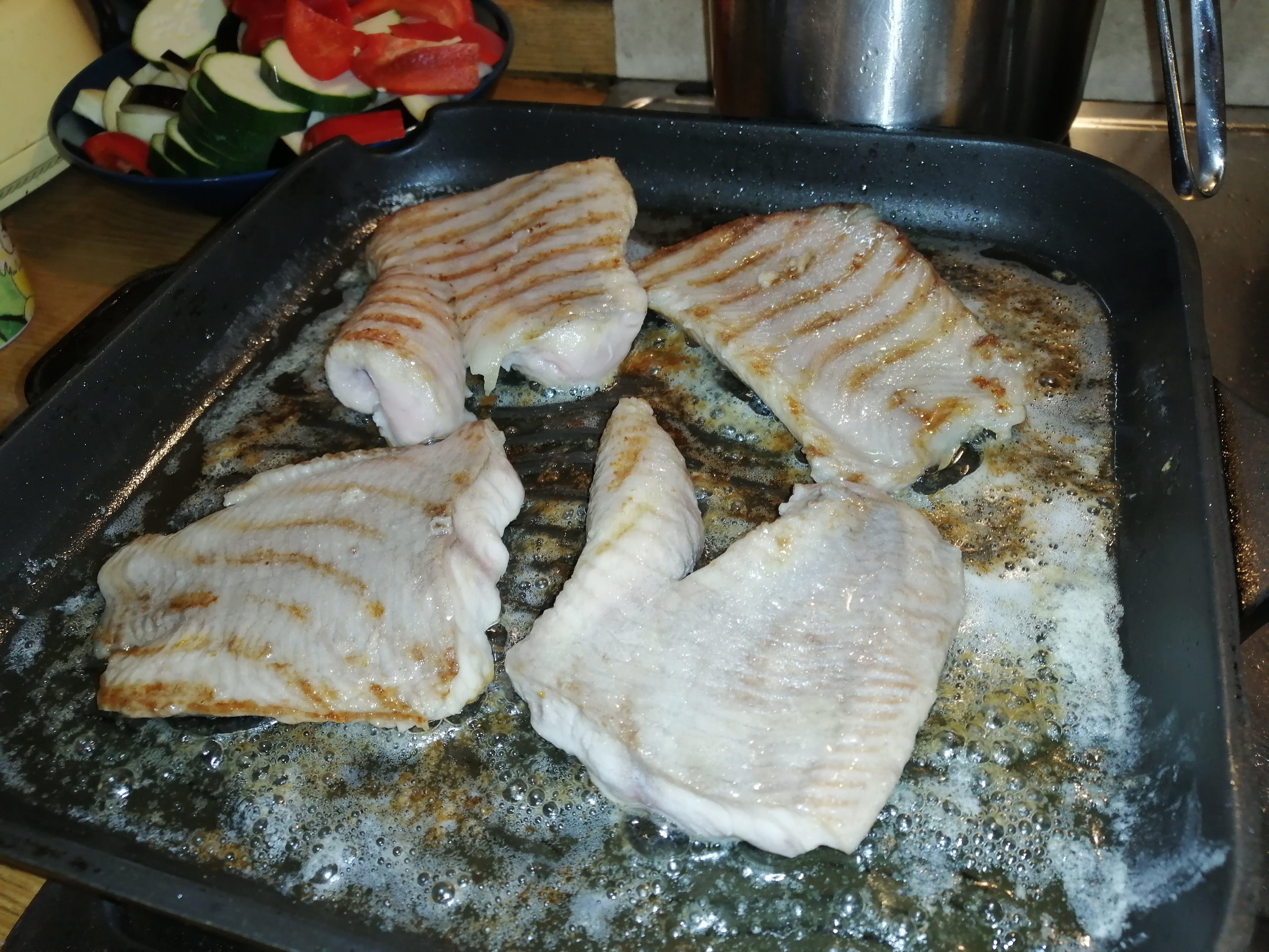Keď začne mäso postupne meniť farbu, cca. do 1/3 zospodu, filety obrátime a opražíme z druhej strany.
