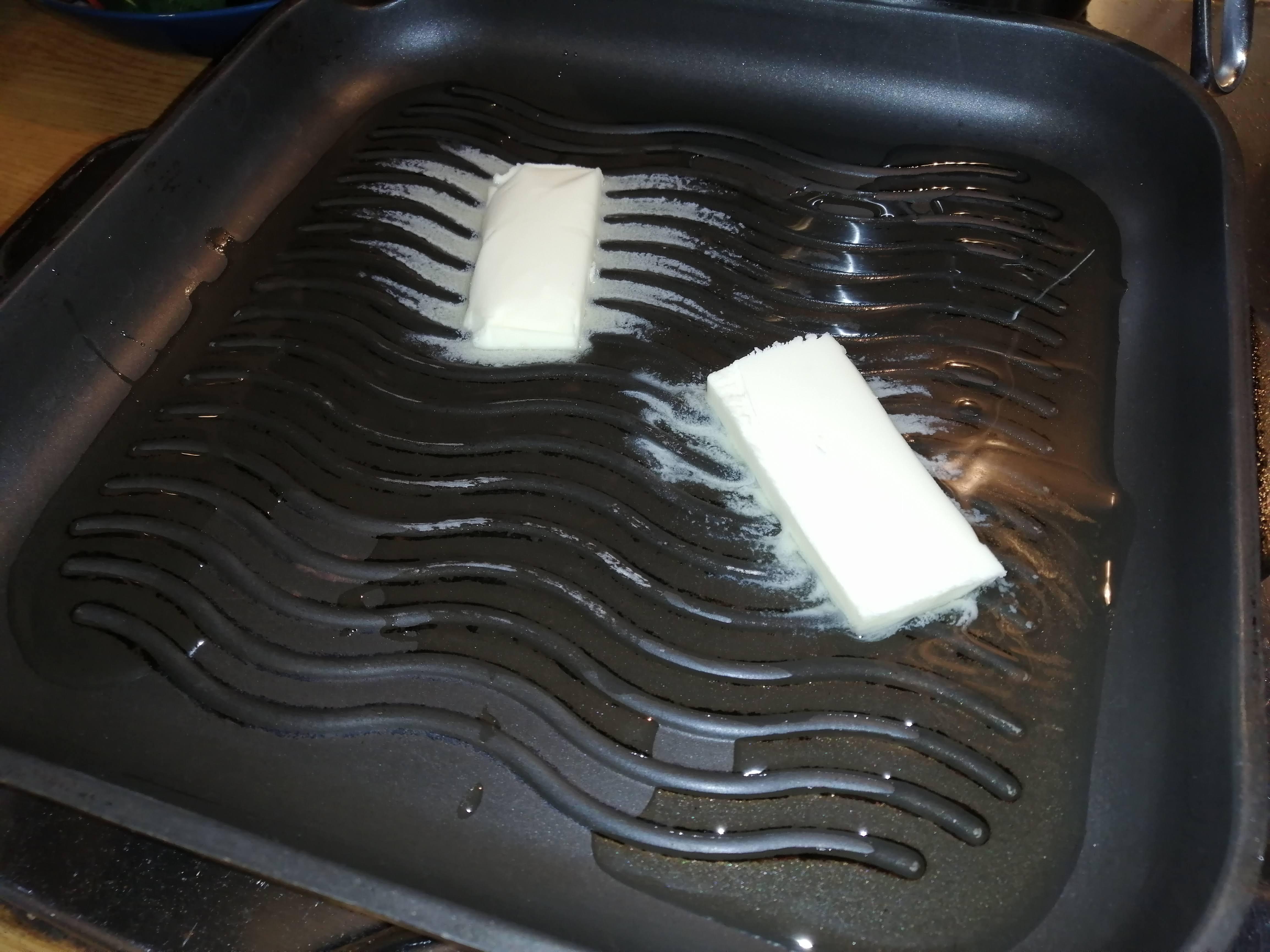 Na grilovacej panvici si rozpustíme kúsok masla na olivovom oleji.