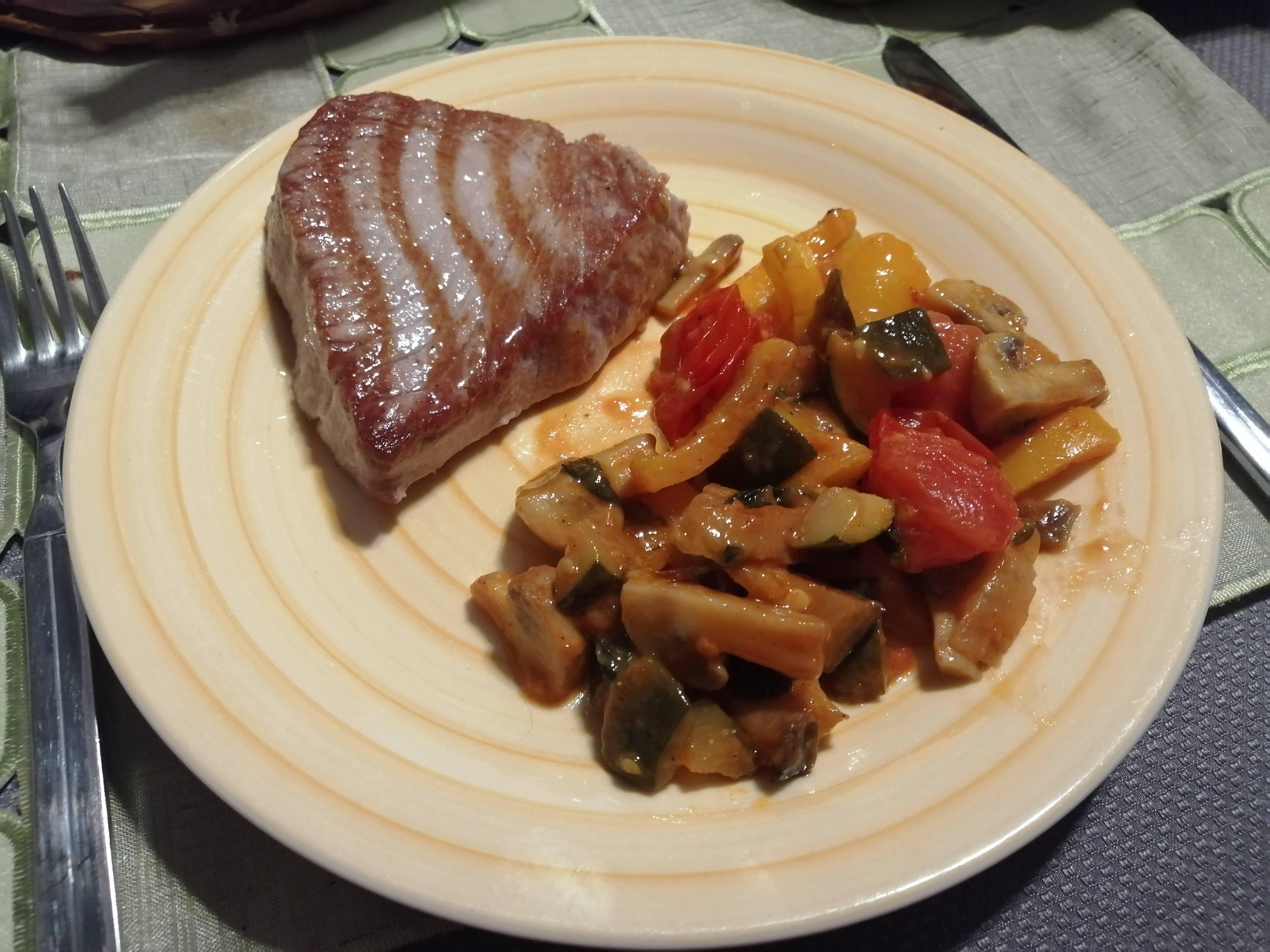 Tuniaka servírujeme spolu so zeleninou - recept