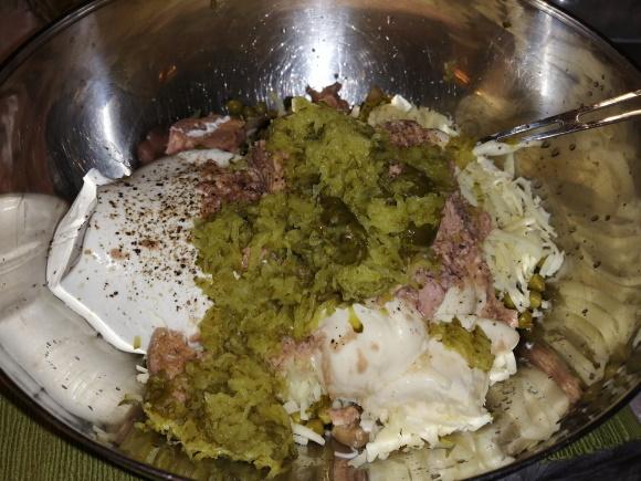 Tuniakový šalát - kyslé nakladané uhorky