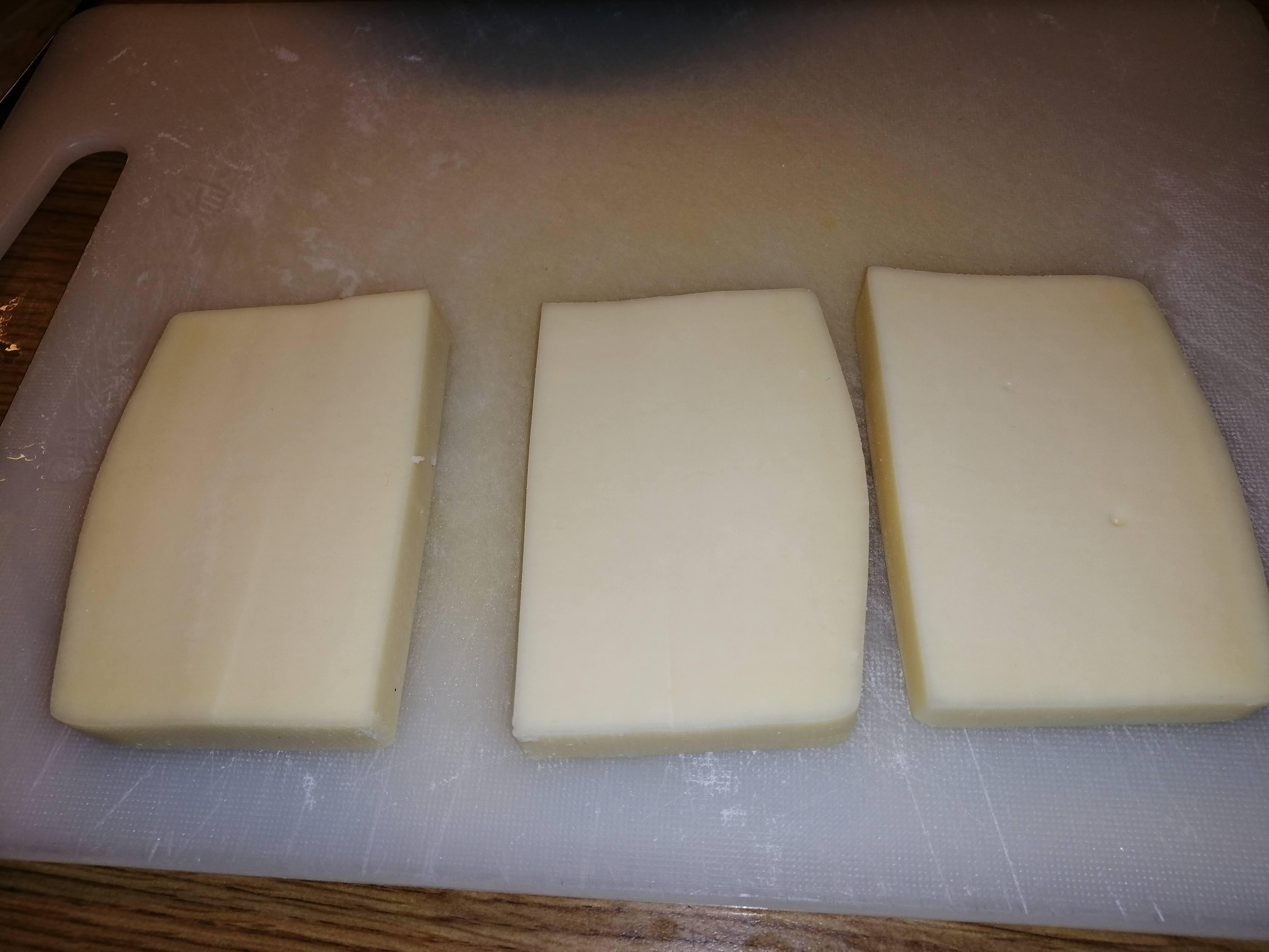 Eidamský blok / tehlu nakrájame na 1cm hrubé plátky