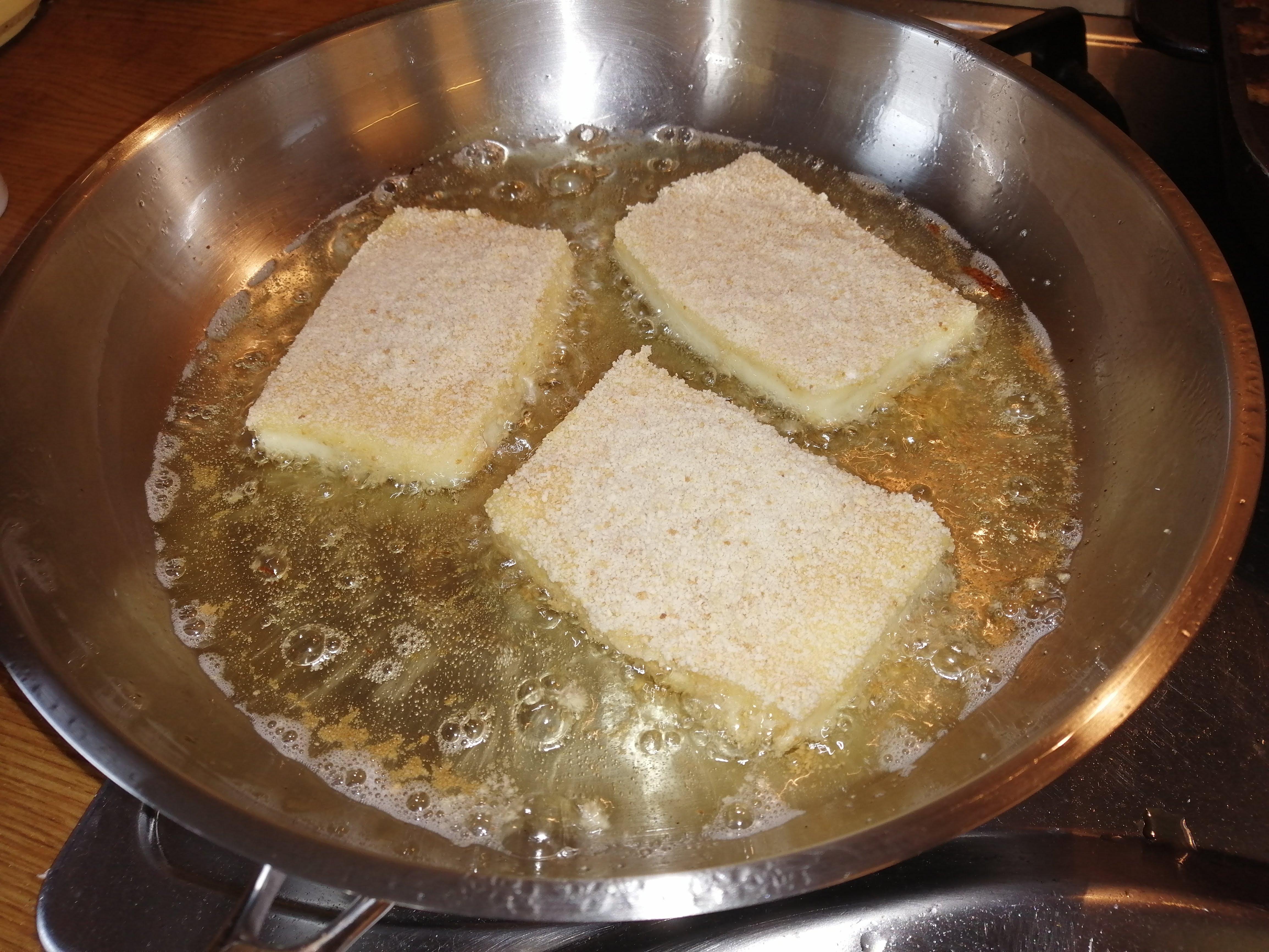 Obalený syr vypražíme z jednej strany, kým nezačnú okraje hnednúť