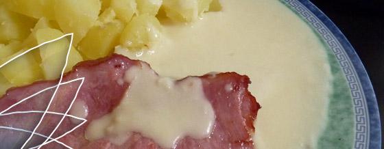 Údené mäso s chrenovou omáčkou a varenými zemiakmi
