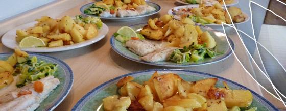 Filety z tresky s pečenými zemiakmi a tatárskou omáčkou