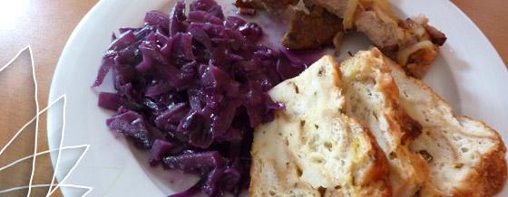 Pečené bravčové s kapustou dusenou na víne a plnkou