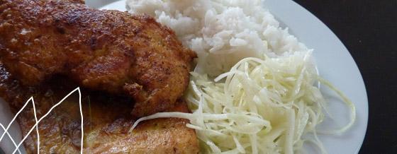 Karí rezeň s ryžou a kapustovým šalátom