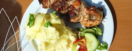 Rozmarínové závitky na špajli z troch druhov mäsa, zemiaková kaša a zeleninový šalát