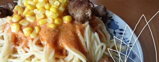 Špagety s paradajkovo-smotanovou omáčkou a mäsovými guľami