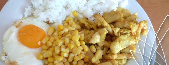 Kuracie karí s ryžou, kukuricou a volským okom (alias Žltobiele jedlo)