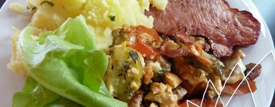 Zapekaná zelenina so syrom, údené mäso a nové zemiaky