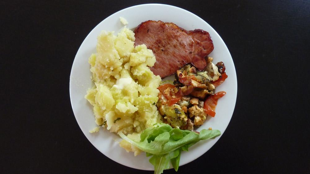Zapekaná zelenina so syrom, údené mäso a nové zemiaky – recept