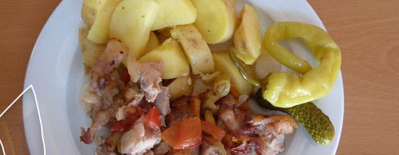 Pečené mäso so zemiakmi varenými so šupkou