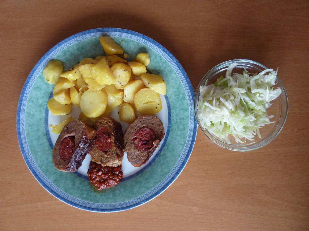 Fašírka s pečenými zemiakmi a kapustovým šalátom
