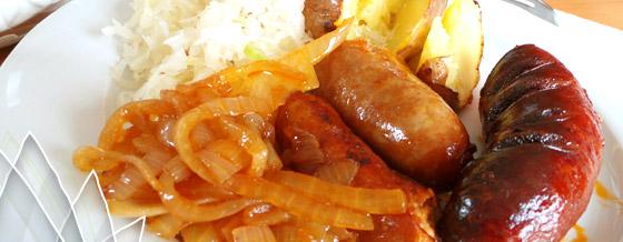 Pečená klobása so smotanovou omáčkou, kapustou a cibuľou