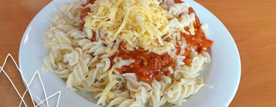 Cestoviny s paradajkovou omáčkou a syrom – recept