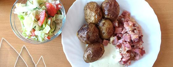 Údené mäso s cibuľou a pečenými zemiakmi