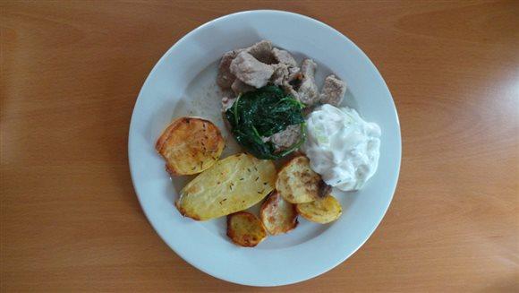 Mäso so zemiakmi, špenátom a dresingom – recept